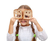 Szczęśliwa dziewczynka z dużą ilością jedzenia — Zdjęcie stockowe