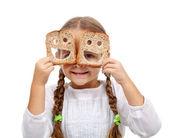 šťastná holčička s velkým množstvím potravin — Stock fotografie