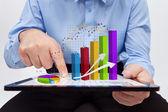 Zakenman werken over het jaarlijks verslag - close-up in grafieken — Stockfoto