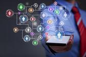 Affärskvinna med smartphone tillgång till sociala medier — Stockfoto