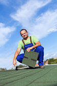 Worker installs bitumen roof shingles — Stock Photo