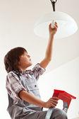 Junge Glühbirne wechseln — Stockfoto