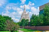 Moskau stadtbild mit alten wolkenkratzer — Stockfoto