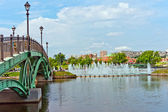 Green Bridge and Big Fountain in Summer Park — Stock Photo