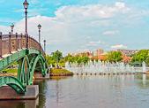 Big fountain and green bridge in park — Stock Photo