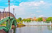 Duża fontanna i zielony most w parku lato — Zdjęcie stockowe