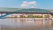 Moderna ponte sobre o rio — Fotografia Stock