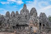 Gamla bayon templet med sten huvuden — Stockfoto