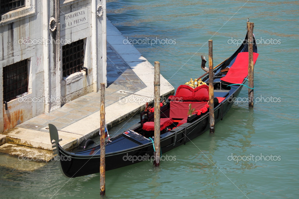 Gondola boat in Venice, Italy — Stock Photo #12683841