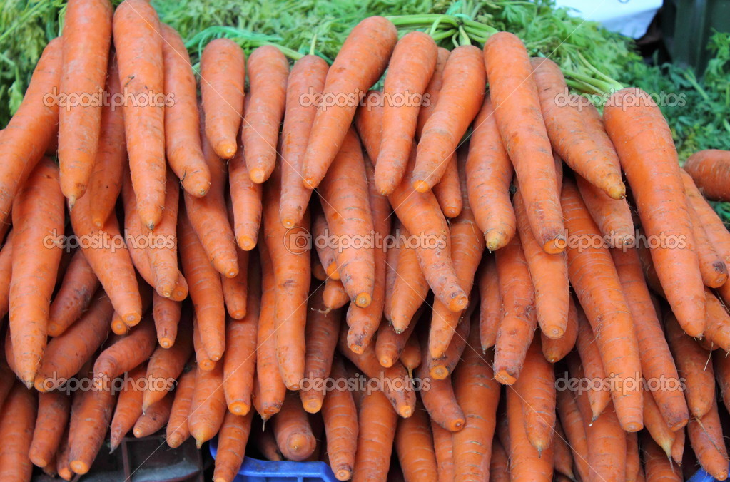 Carrots for sale in a greengrocery — Stock Photo #13368065