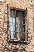 Ocak ızgarası ile ortaçağ pencere — Stok fotoğraf