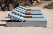 Liegestühle in einem strand — Stockfoto