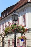 Viejo estilo lámpara de calle con flores — Foto de Stock