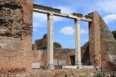 Ruiny świątyni w mieście ostia antica — Zdjęcie stockowe