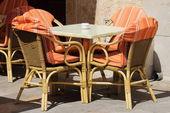 Mesa e cadeiras de vime — Foto Stock