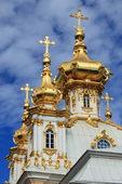 Złote kopuły na pałac peterhof — Zdjęcie stockowe