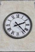 El reloj en una torre de iglesia — Foto de Stock