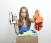 Hierro y mujer wth lavandería — Foto de Stock