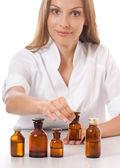 Vrouw arts met medicatie in glazen flessen — Stockfoto