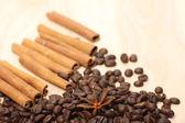Granos de café en la superficie de madera — Foto de Stock