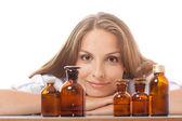 Médico da mulher com a medicação em garrafas de vidro — Fotografia Stock