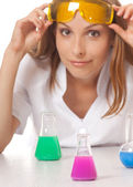 Mulher químico e produtos químicos em balões — Foto Stock