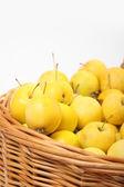 黄色苹果在柳条篮 — 图库照片