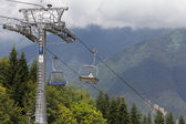 Cable way in the summer mountains — Stockfoto