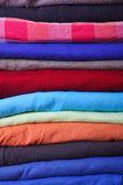 Haufen bunte kleider — Stockfoto