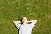 Jeune fille couché sur l'herbe — Photo