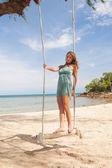 Salıncak plajda oynayan kız — Stok fotoğraf