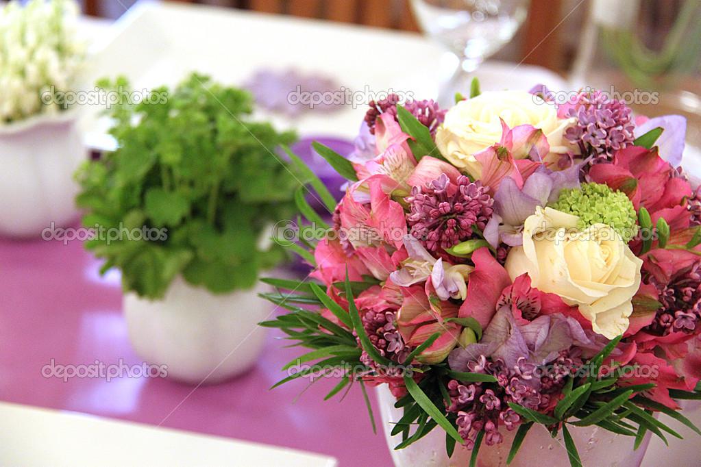 桌上的鲜花装饰