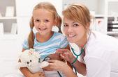 Klein meisje bij de arts — Stockfoto