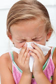 Bambina soffiando il naso duro — Foto Stock
