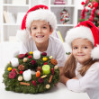 Kids holding advent wreath — ストック写真