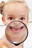 Little girl showing missing teeth — Fotografia Stock