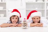 Onların gingerbread mutlu noel çocuklarla ağaç dekore edilmiştir — Stok fotoğraf