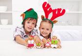 Happy christmas-kinder halten dekoriert lebkuchen — Stockfoto