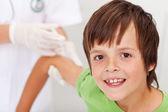Niño feliz recibir vacuna o inyección — Foto de Stock