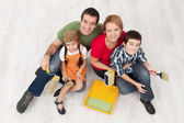 Famille avec deux enfants prêts à le pait leur maison — Photo