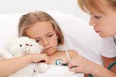 Грустно маленькая девочка, лежа в постели больного — Стоковое фото