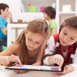 meninas brincando em um dispositivo de computação tablet — Foto Stock