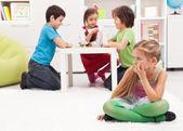 Niña sentada aparte - se siente excluido por los otros — Foto de Stock