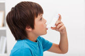 Boy using inhaler — Stock Photo