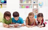 τα παιδιά που χρησιμοποιούν υπολογιστές tablet — Φωτογραφία Αρχείου