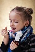 Молодая девушка принимая лекарства от кашля — Стоковое фото