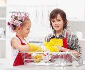 Crianças fazendo os pratos — Foto Stock
