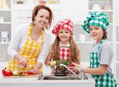 Kinderen helpen moeder in de keuken — Stockfoto