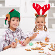 Kids decorating gingerbread christmas cookies — Stock Photo