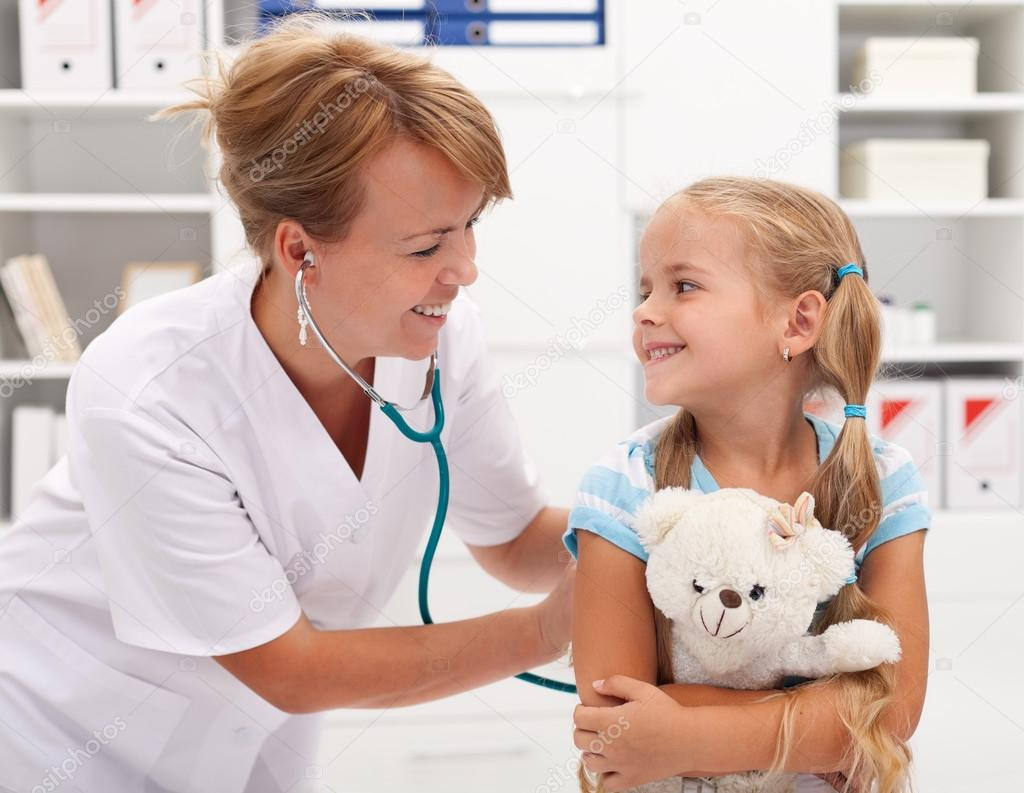 Little girl and the doctor for a checkup examined — Stock